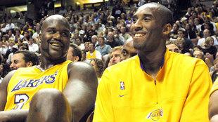 Shaquille O'Neal unto a Kobe Bryant en su última temporada en los...
