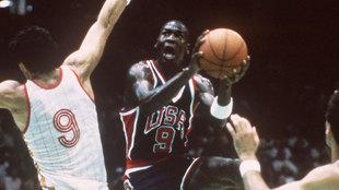 Fernando Romay intenta taponar a Jordan en la final de Los Ángeles 84