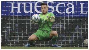 Álvaro Fernández, ataja el balón durante un partido