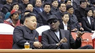 Kim Jong-Un y Dennis Rodman, viendo un partido de baloncesto en Corea...