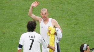 Zinedine Zidane, junto a Raúl González, el día de su despedida.