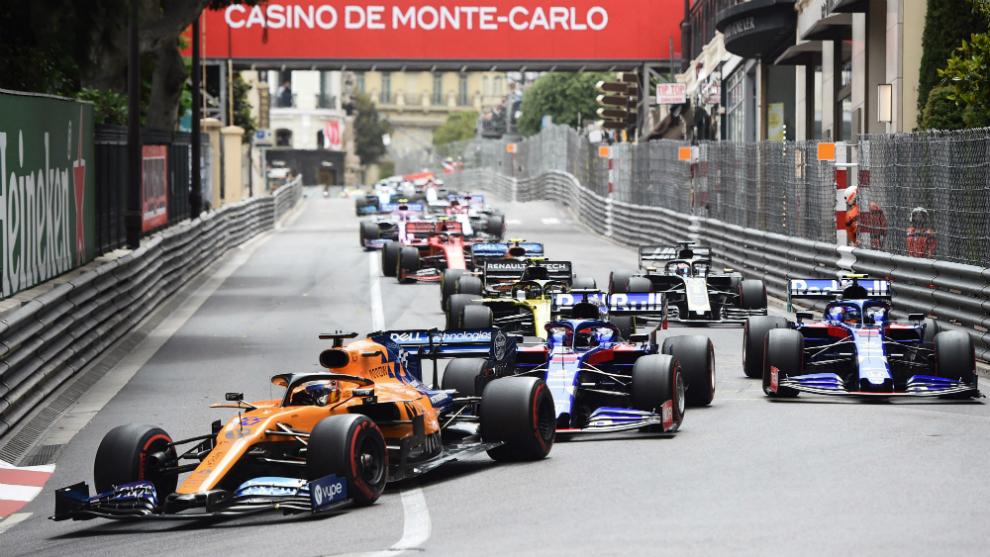 Sainz, por delante, en la salida del GP de Mónaco.