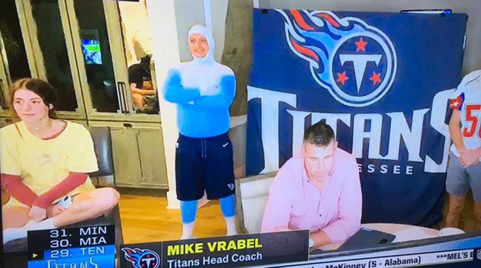 Un chico sentado ¿en el retrete? duranta la retransmisión del Draft...