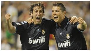 Raúl celebra junto a Cristiano el último gol que marcó con el...