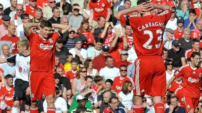 Jamie Carragher se lamenta junto a Steven Gerrard en un partido del...