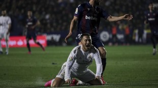 Hazard cae lesionado en el partido frente al Levante.