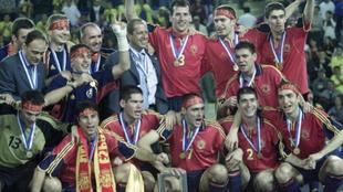 El combinado nacional celebra el Mundial en el año 2000.