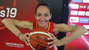 Laia Palau posa con un balón.