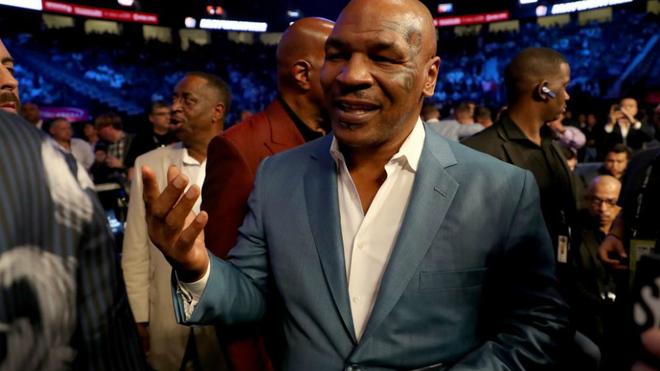 Mike Tyson antes del combate entre Floyd Mayweather Jr. y Conor...