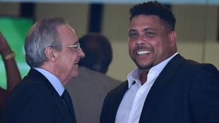 Ronaldo junto a Florentino Pérez en el palco del Bernabéu.