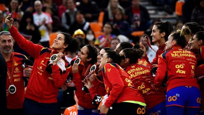 Las jugadoras de la selección española, con sus medallas en el...