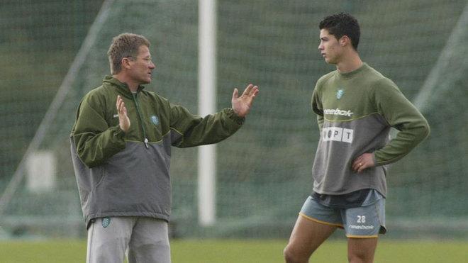 Bölöni da instrucciones a Cristiano en un entrenamiento en el...