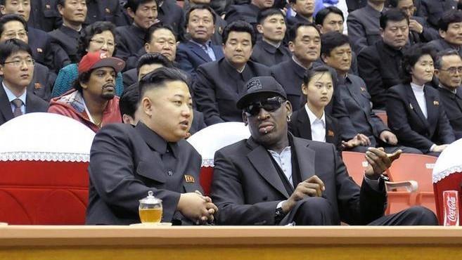 Kim Jong-Un presencia un partido de baloncesto junto a Dennis Rodman.