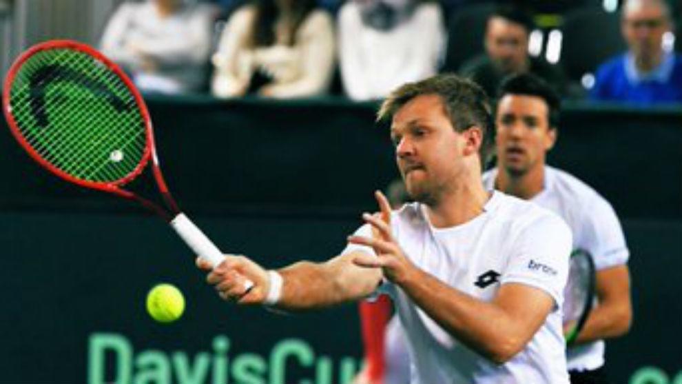 Kevin Krawietz conecta una volea en una serie de Copa Davis