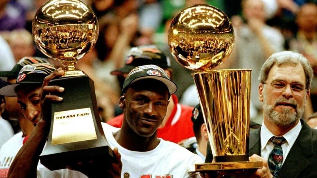 Michael Jordan y Phil Jackson sostienen el MVP de la final de la NBA y...