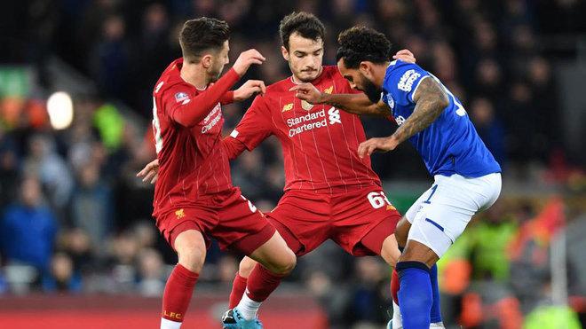 Chirivella intenta superar a un rival durante el Liverpool-Everton.
