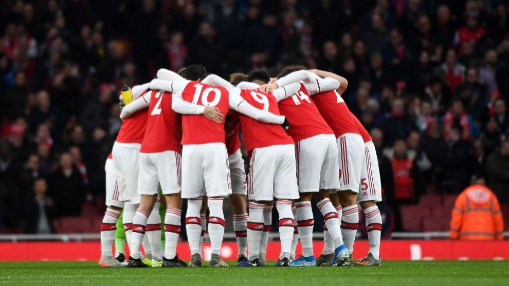 Una imagen de los jugadores del Arsenal apiñados.