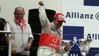 Alonso celebra un triunfo, con Dennis a su espalda.