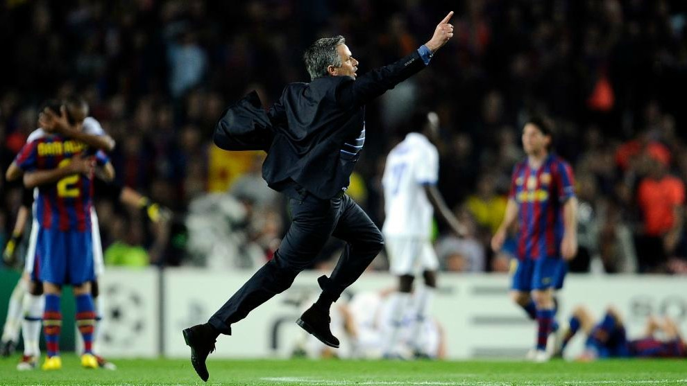 Mourinho corriendo en el Camp Nou tras eliminar al Barcelona.