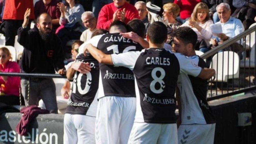 Los jugadores del Castellón celebran un gol.