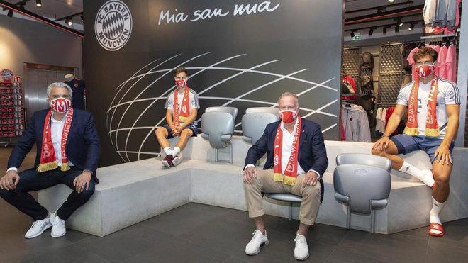 Los jugadores y directivos del Bayern lucen sus mascarillas.