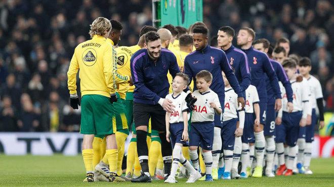 Los jugadores del Tottenham, antes de un partido ante el Norwich.