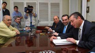 Michael Robinson, con Antonio Muñoz al fondo, en su  primera reunión...