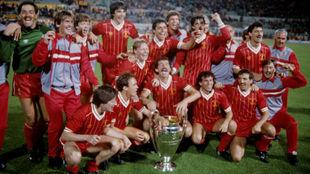 Los jugadores del Liverpool celebran la Copa de Europa, con Robinson...