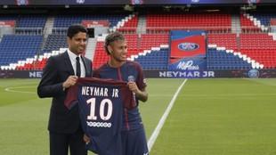 Nasser al Khelaifi, junto a Neymar el día de la presentación del...