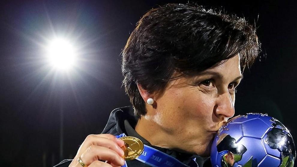 Toña Is con el trofeo de campeona del mundo Sub'17 conquistado en...