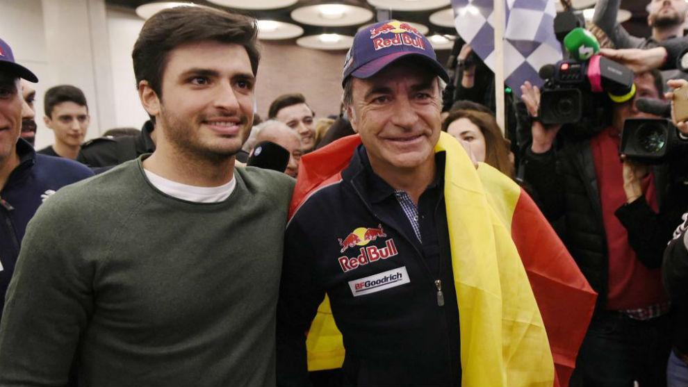 Carlos Sainz padre e hijo, en Barajas, a su llegada tras ganar el...