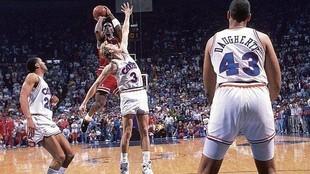 Michael Jordan lanza The shot tras superar la defensa de Craig Ehlo.