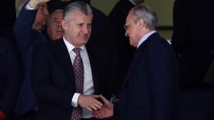 Suker saluda a Florentino Pérez en el palco del Bernabéu.