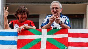 Una pareja de seguidores de Athletic y Rea, el pasado 18 de abril en...