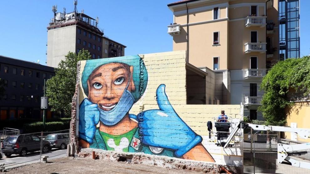 Grafiti de una sanitaria en un edificio de Milan.