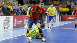 Ortiz se marcha de Pito durante el último España-Brasil.
