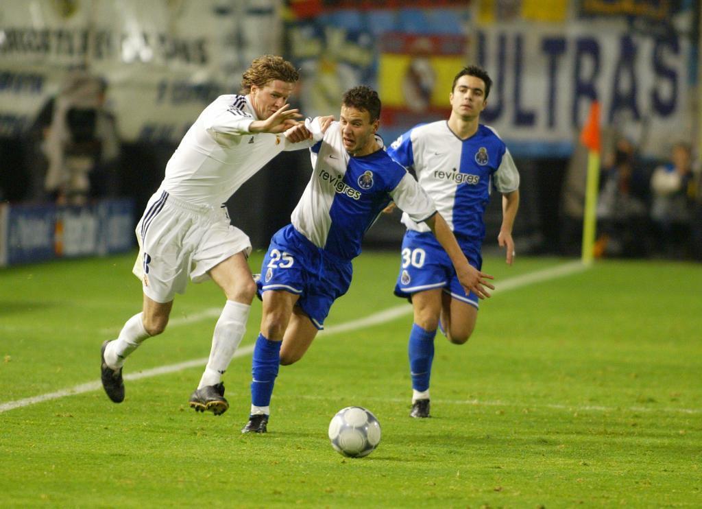 Cándido Costa y Steve McManaman, en un Oporto-Real Madrid de la...