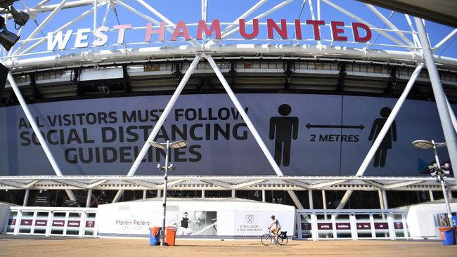 Mensaje de distanciamiento social en la facha del Olímpico de...