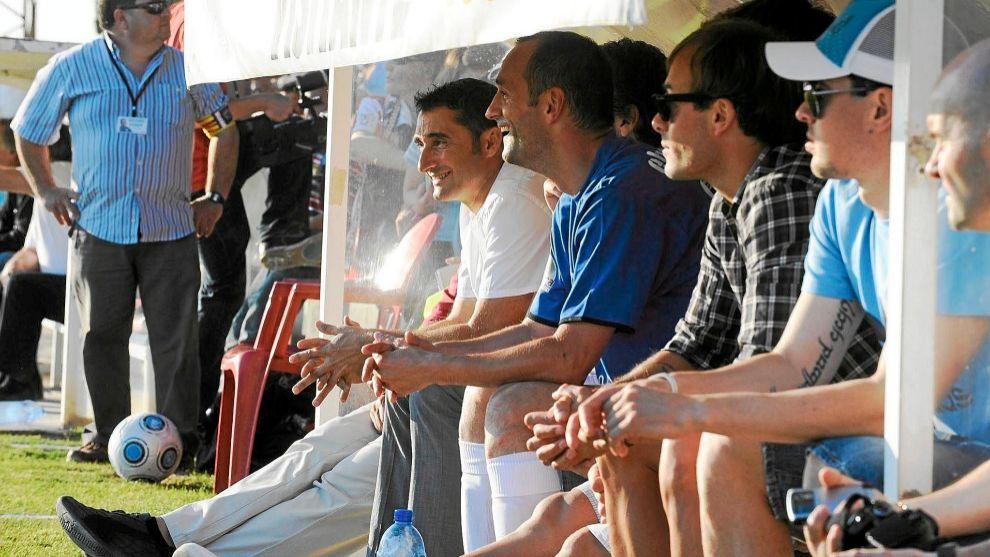 Etxeberria, en un banquillo junto a Valverde, Yeste y Del Horno.