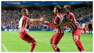 Mario Suárez, Adrián y Godín celebran el 1-1 de 2014 en Stamford...