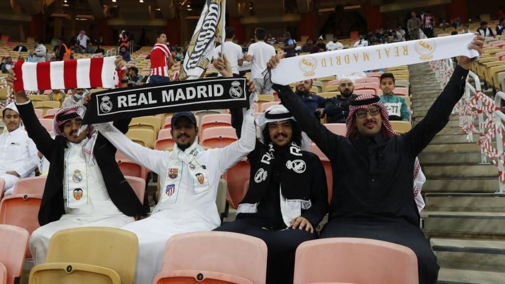 Aficionados en Yeda (Arabia Saudi) antes de la final de la Supercopa...