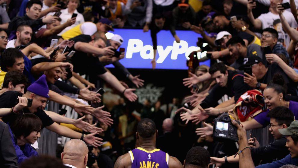 LeBron James se dirige a vestuarios ante el clamor de los aficionados.