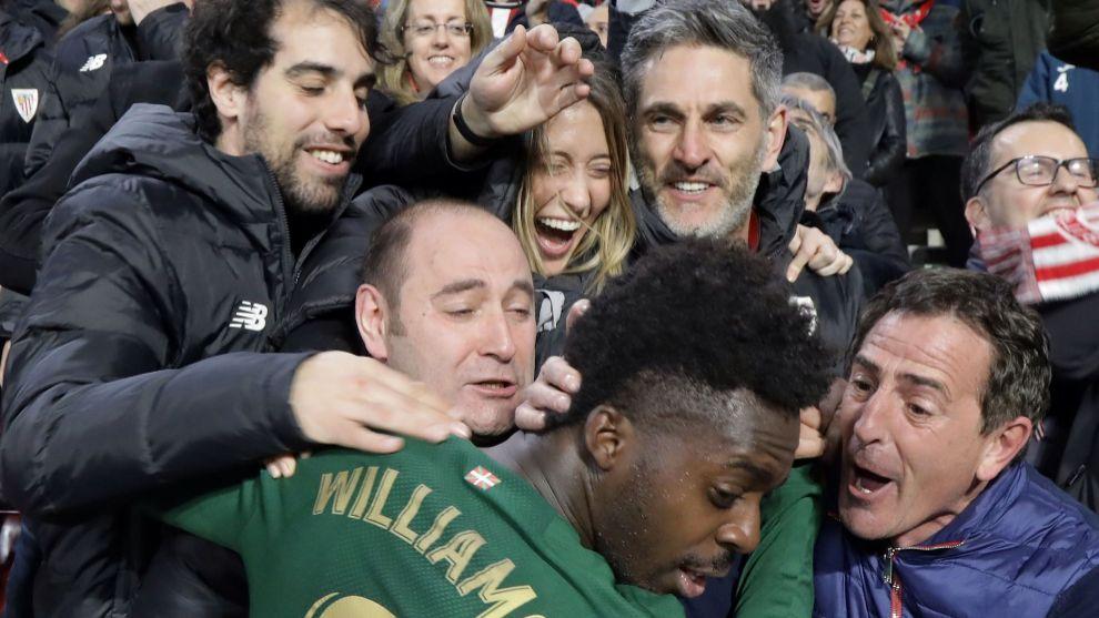 Williams se abraza con auxiliares del equipo y familia de sus...