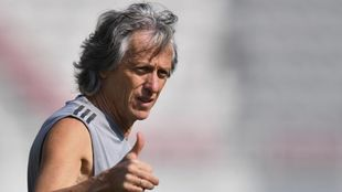Jorge Jesús da indicaciones durante un entrenamiento de Flamengo.