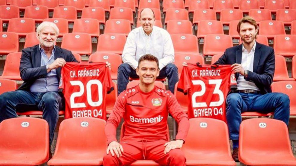 Charles Aránguiz celebra su renovación con el Bayer Leverkusen.