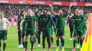 Los jugadores del Athletic celebran con los aficionados el pase a la...