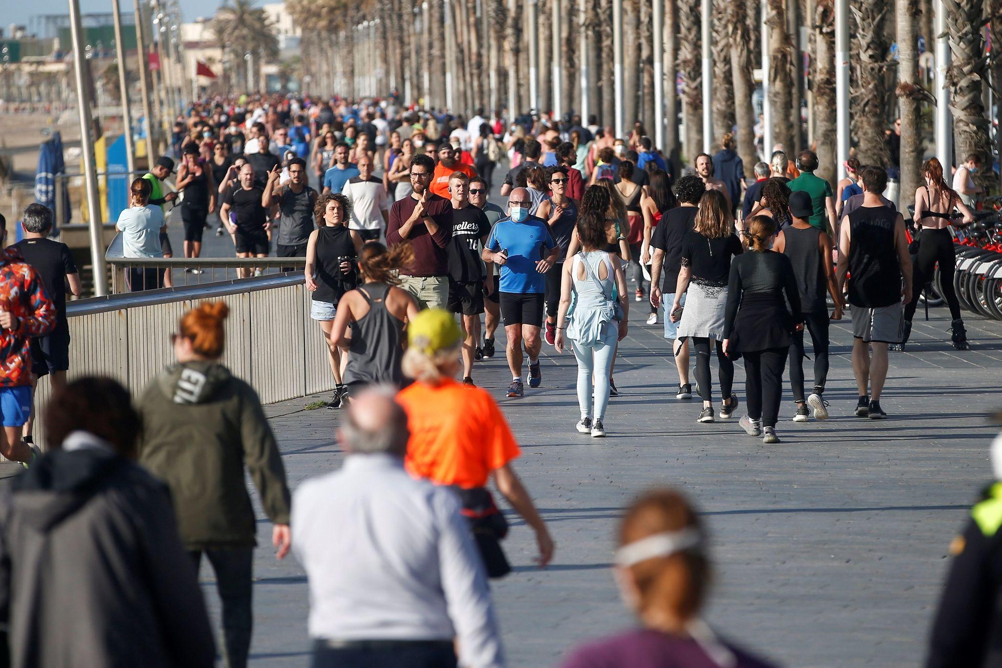 BARCELONA 02/05/2020.- Una multitud de ciudadanos se ejercita o pasea por el Paseo Mar