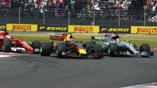 Verstappen, entre Vettel y Hamilton, en 2017.