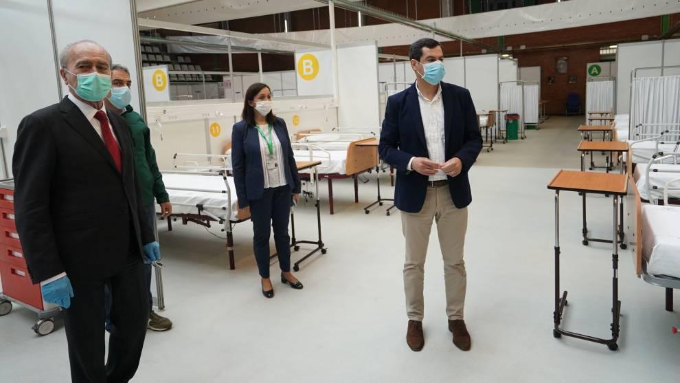 Juanma Moreno, presidente de Andalucía, en su visita al hospital de...