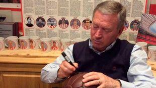 Javier Clemente firma un balón de época en una tertulia de Radio...
